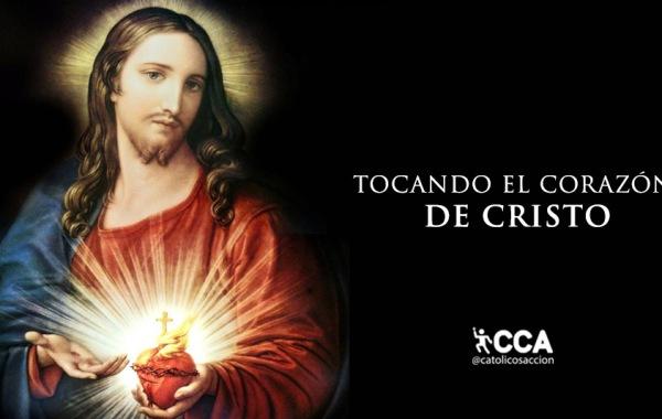tocando-el-corazón-de-Cristo-sagrado-corazón-de-Jesús-catolicos-con-accion
